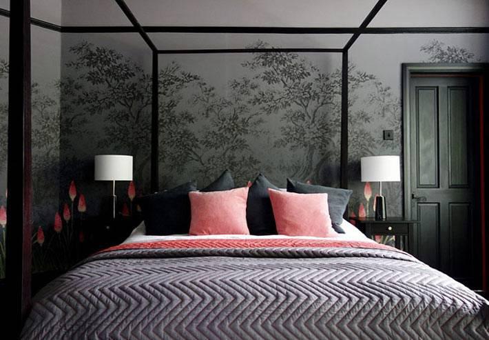 розовые подушки на кровати черного цвета фото
