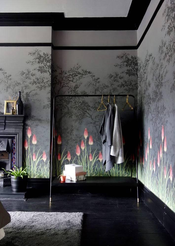 шикарные черные обои с розовыми тюльпанами для спальни