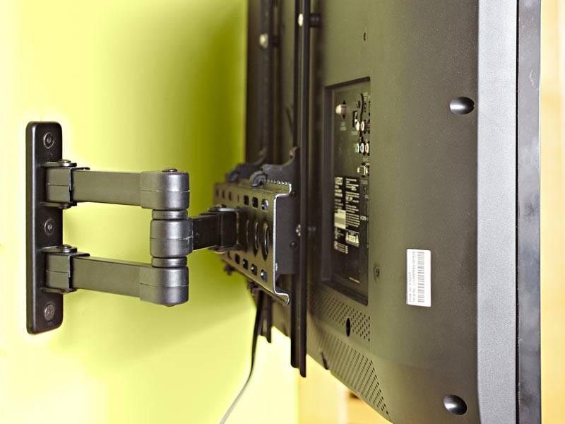 телевизор прикреплен к стене кронштейном фото