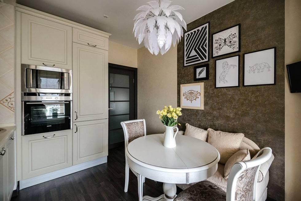 круглый белый стол и стулья в обеденной зоне кухни фото