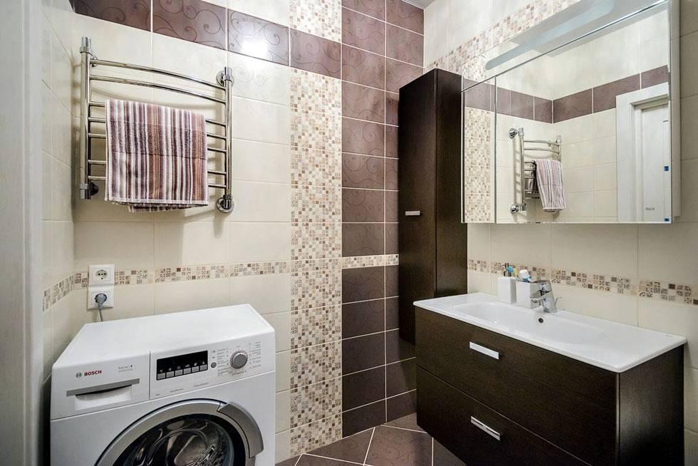 сочетание кафельной плитка на стенах ванной комнаты