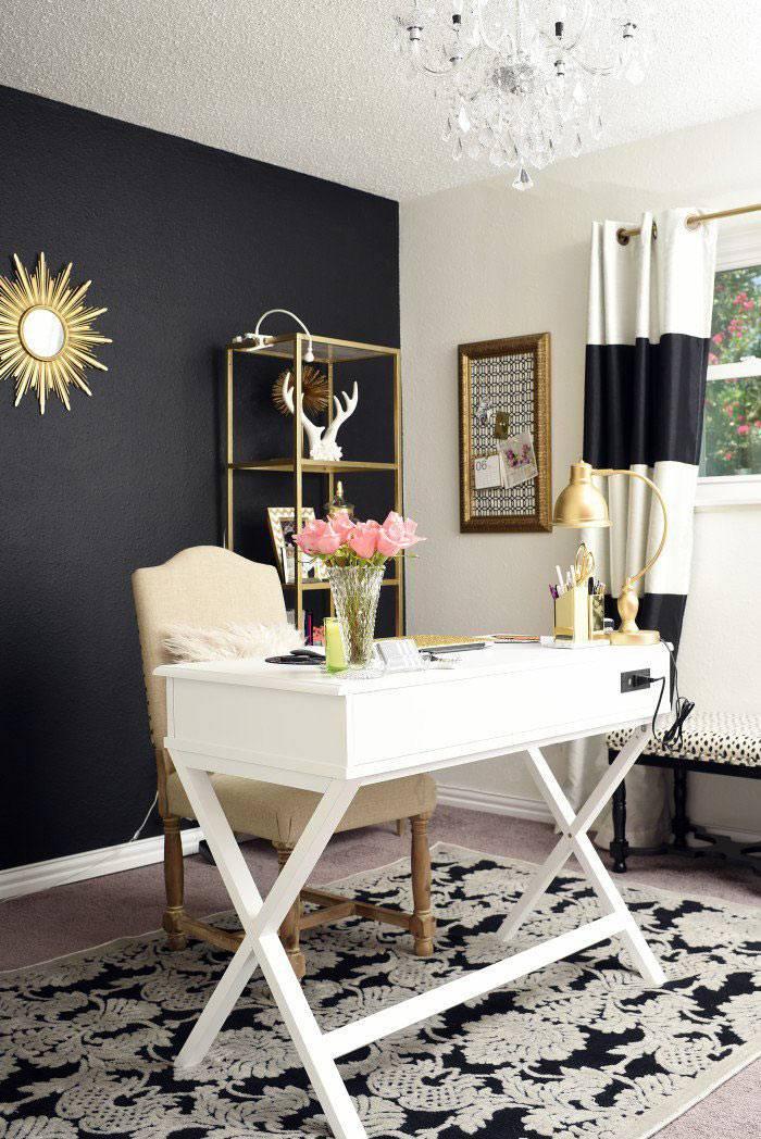 черная стена в белом интерьере с золотыми деталями