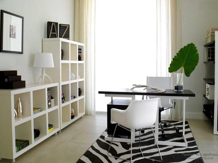 черно-белый полосатый ковер в рабочем кабинете