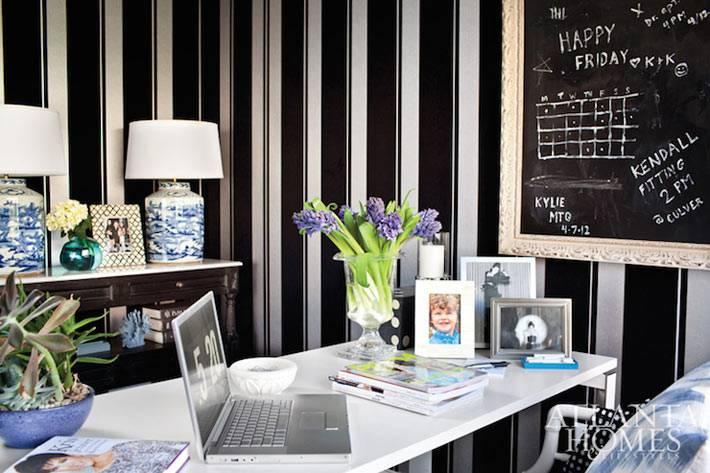 черные обои с белыми полосами на стенах рабочего кабинета
