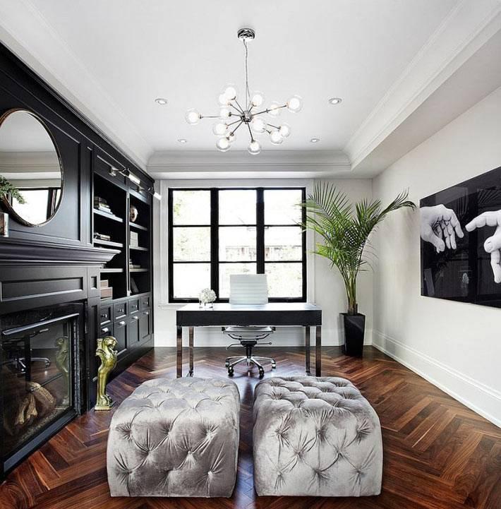 просторный домашний кабинет с черным стеллажом