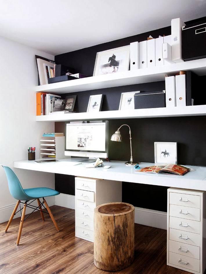 белая рабочая мебель в кабинете на фоне черной стены