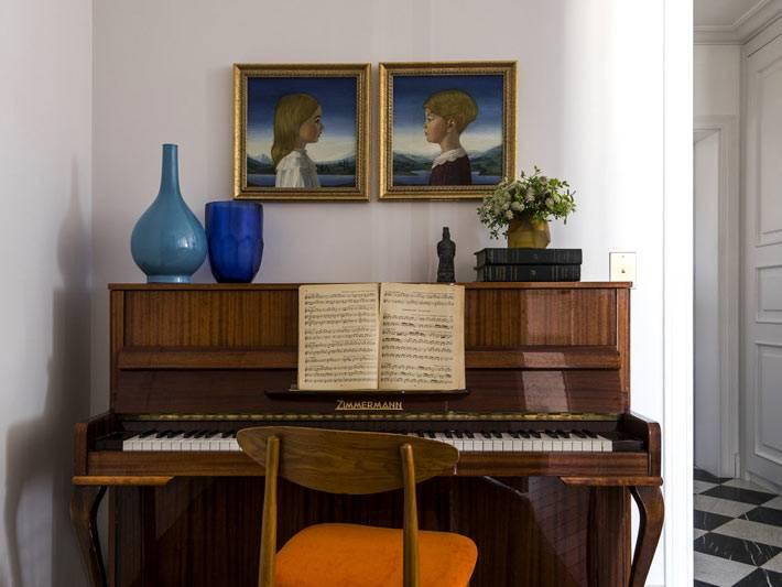 старое пианино в интерьере современной квартиры