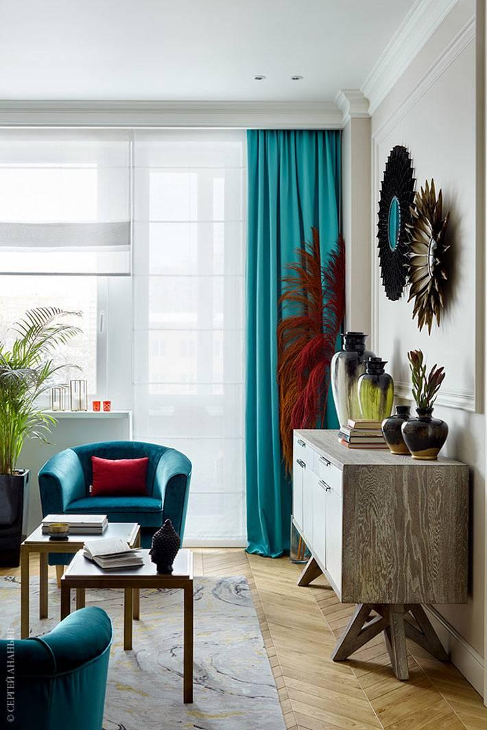 яркие тропические элементы в оформлении комнаты