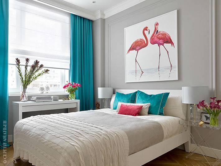 яркий бирюзовый декор для спальной комнаты