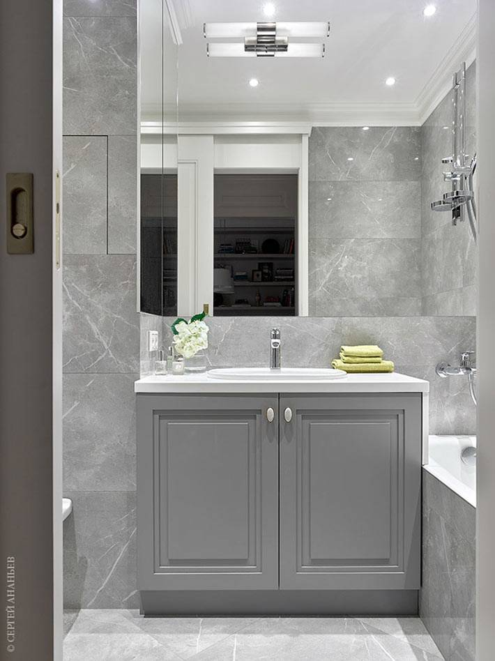 серая плитка под натуральный камень на стенах ванной фото
