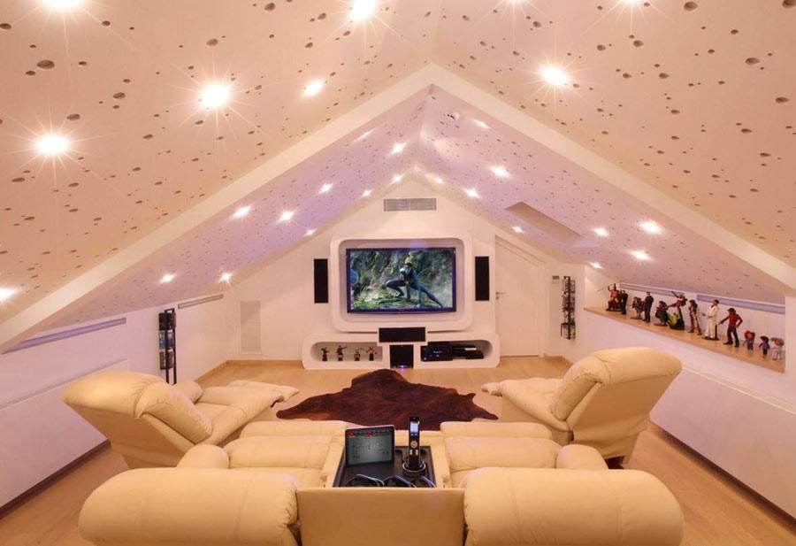 белая мансардная комната для просмотров фильмов