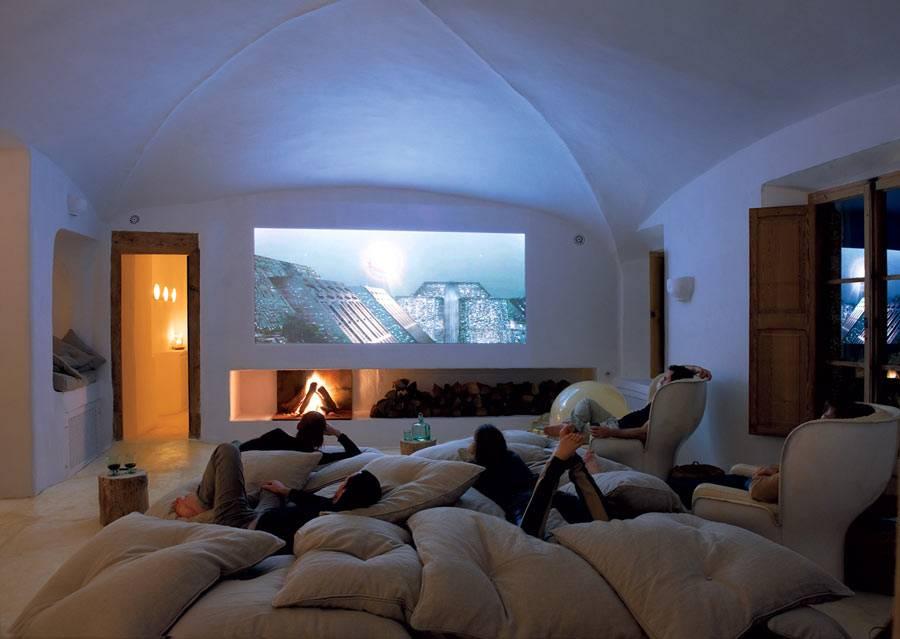 диванные напольные подушки в интерьере домашнего кинозала