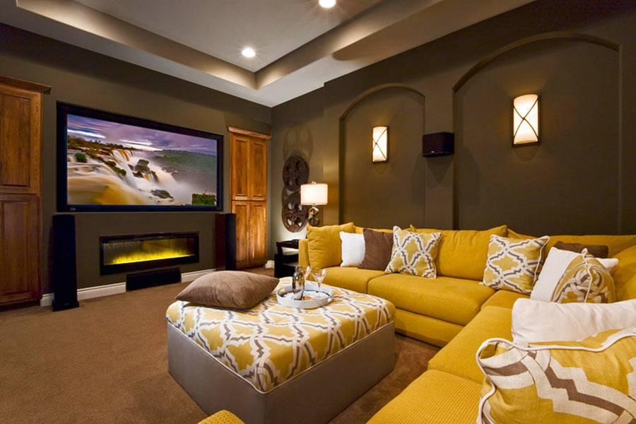 уютная комната с жалтым диваном и большим телевизором