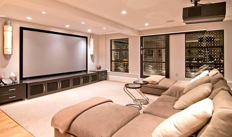 большой экран и проектор в комнате-кинозале фото