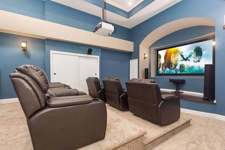 комната для просмотра фильмов на большом экране