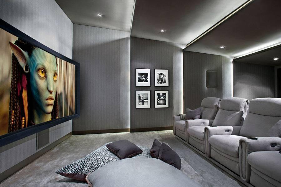 серый интерьер собственной комнаты-кинотеатра в доме