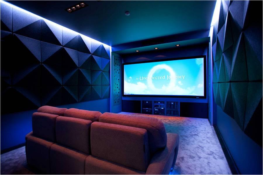 маленький домашний кинотеатр с большим телевизором