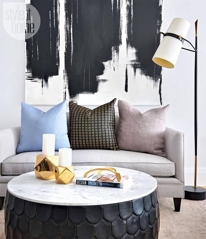 картины абстракция в интерьере гостиной