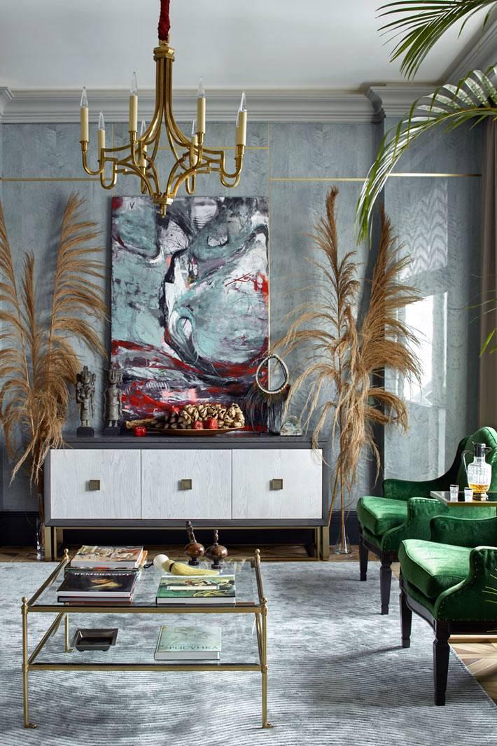стены серого цвета из деревянного шпона в квартире