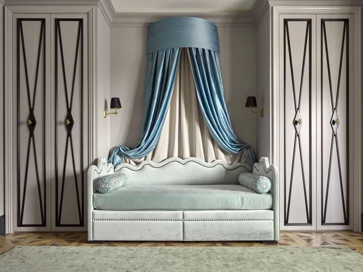 серая детская комната и кровать с голубым балдахином