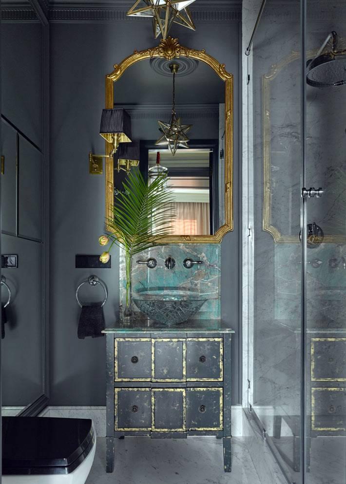 серый интерьер ванной с золотыми вставками фото