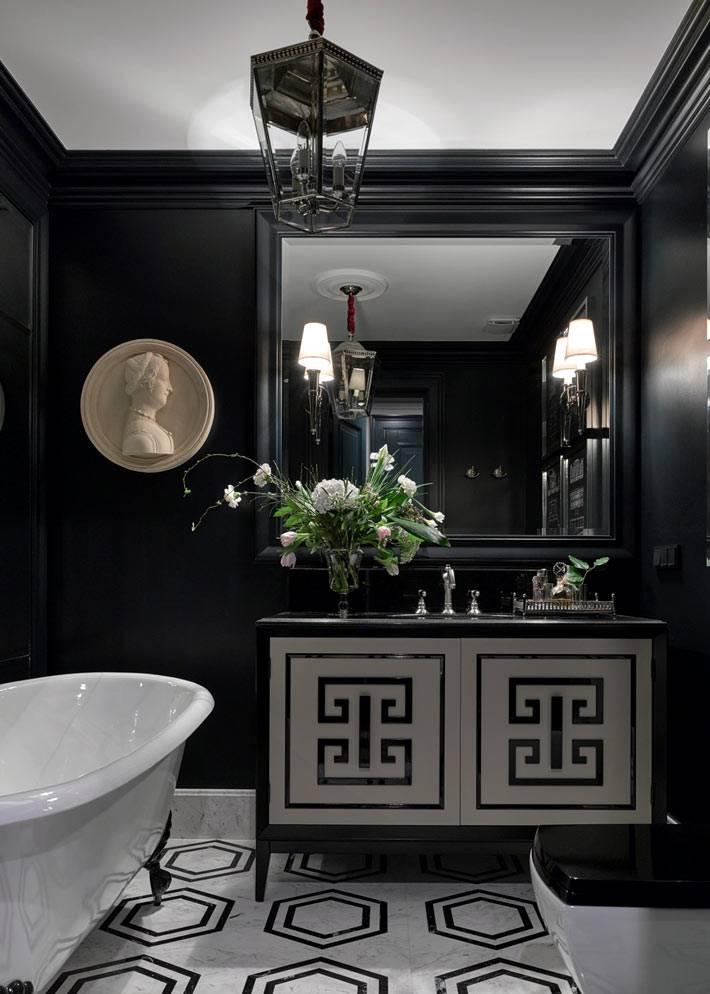 белая ванна на лапах в черной ванной комнате