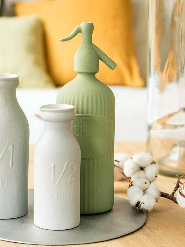 бутылки покрашенные белой и зеленой краской в декоре дома