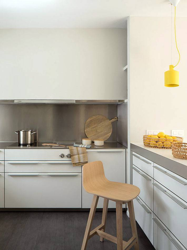 белая с серебристым кухонная мебель в интерьере