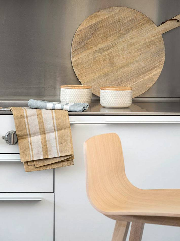 деревянная посуда на белой кухне фото