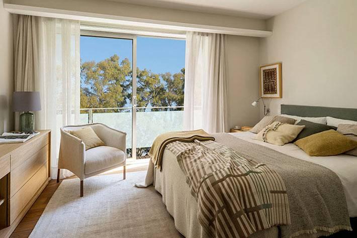 бежевые оттенки в спальне с балконом фото