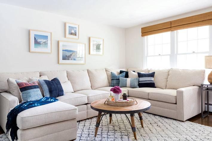 угловой диван буквой П в большой гостиной фото