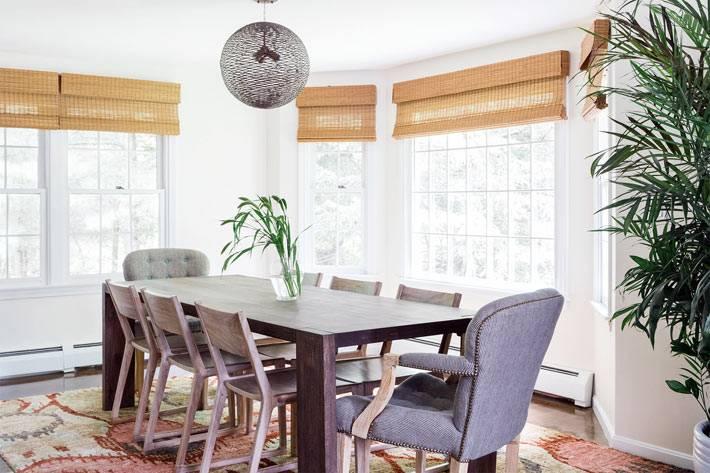 столовая комната с большими окнами и старинным ковром