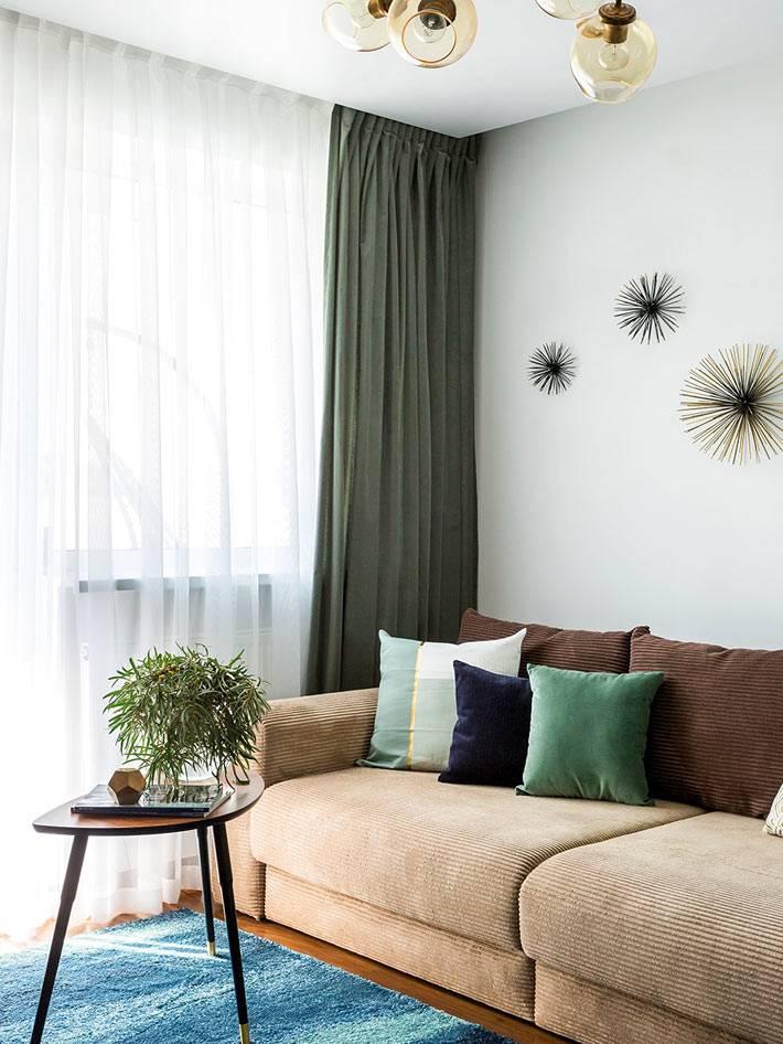 мебель из икеи и настенный декор в интерьере гостиной