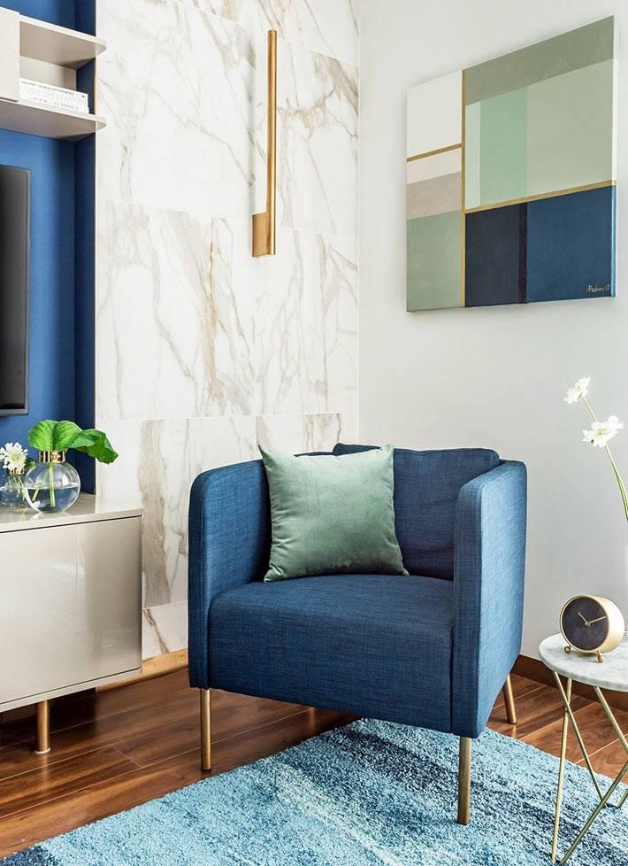 мраморная стена в комнате с синей мебелью фото