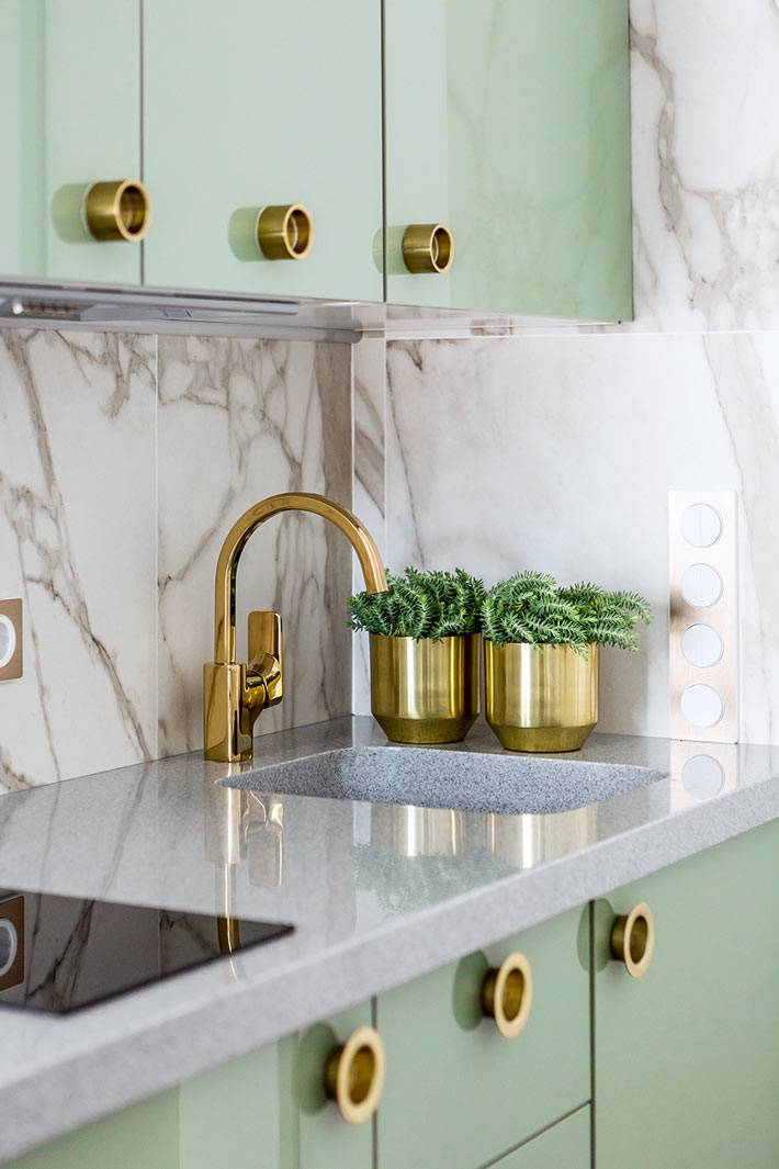 кухня фисташкового цвета с золотой фурнитурой