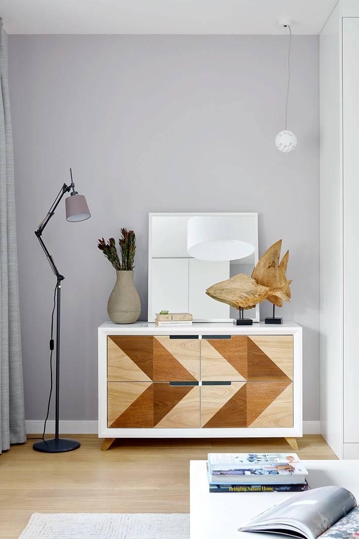 стильный комод из дерева и современный торшер