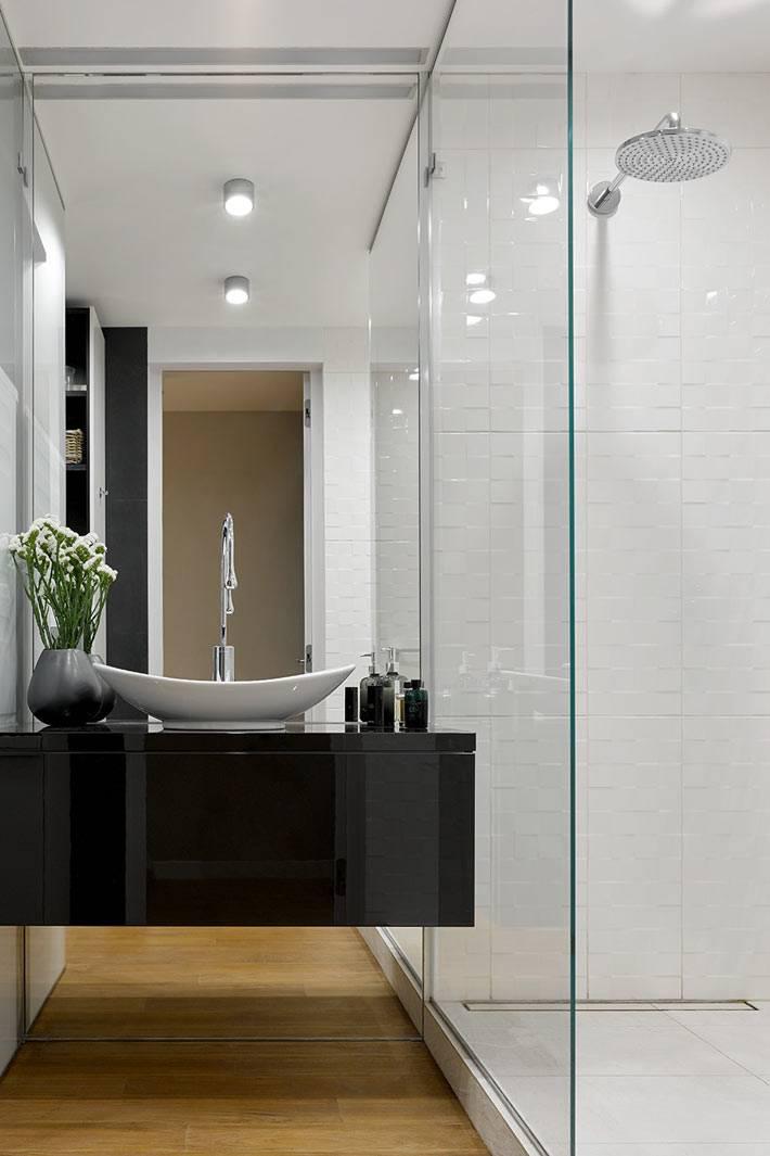 черная подвесная тумба с умывальником в ванной комнате