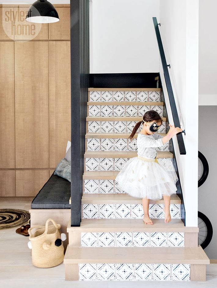 ступени с узором в лестнице на второй этаж дома