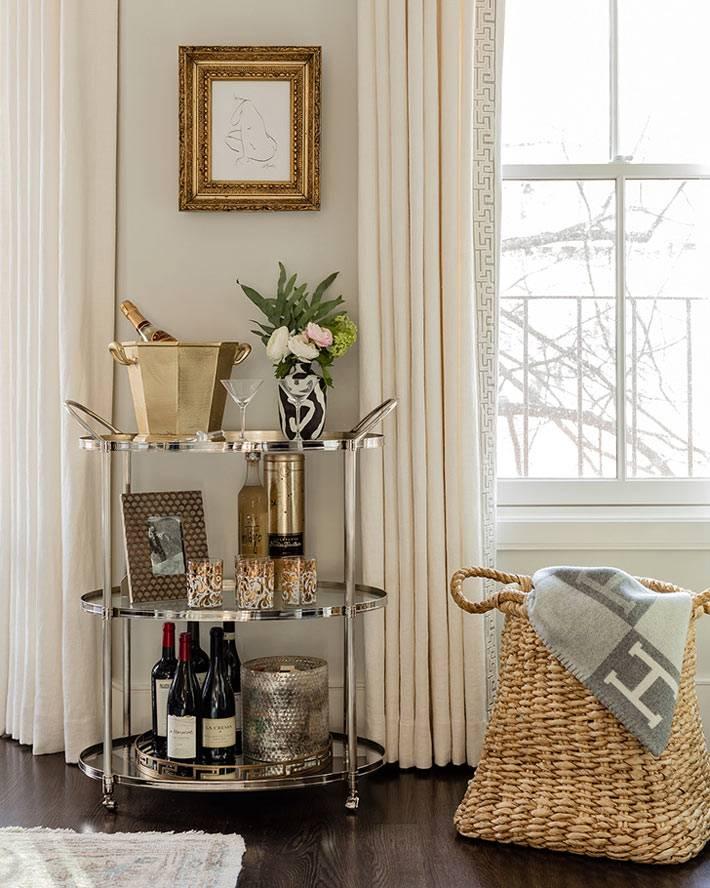 плетеные корзины в доме, в интерьере гостиной