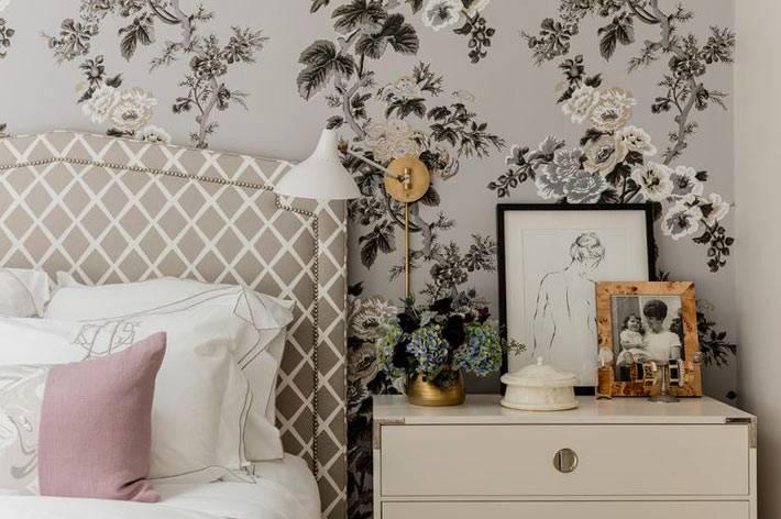 флористические узоры на стене спальни стали акцентным пятном