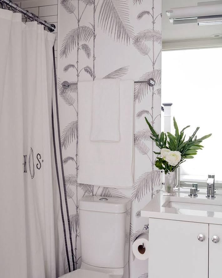 растительный узор на обоях ванной комнаты фото