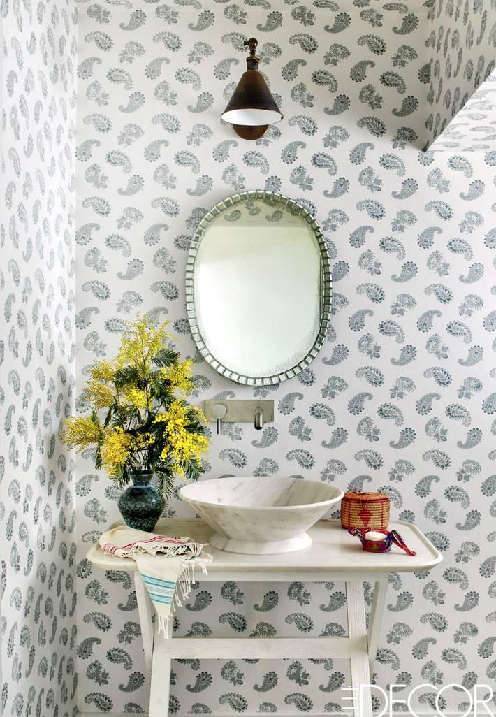 красивые обои с турецким узором на стенах ванной комнаты