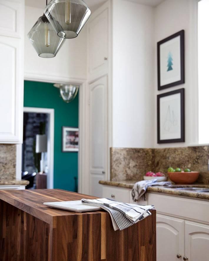 кухонный остров из дерева на маленькой кухне фото