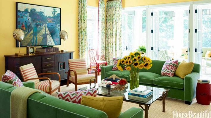 зеленые бархатные диваны в комнате с желтыми обоями