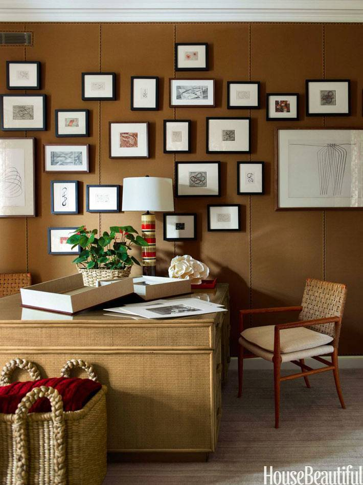 коричневые стены с картинами в рабочем кабинете