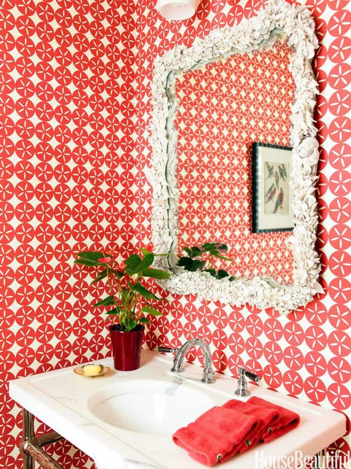 дамская туалетная комната с красными обоями и зеркалом