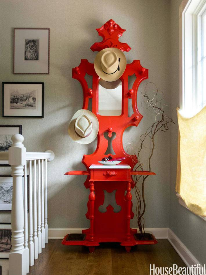 красная стойка для шляп в викторианском стиле