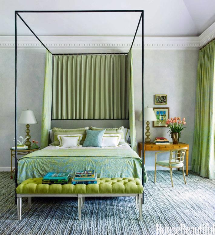 железная кровать с балдахином в большой спальне фото