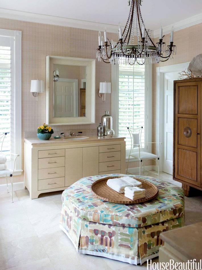 роскошная ванная комната с османской банкеткой