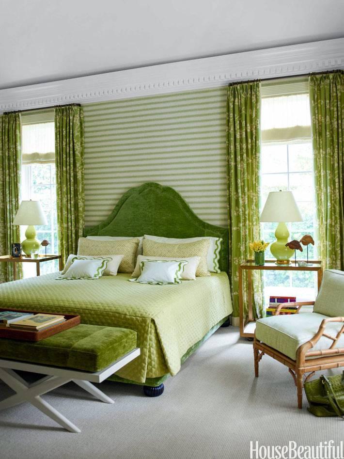 бархатное изголовье кровати зеленого цвета в спальне